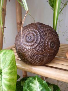 Objet déco en noix de coco sulptée