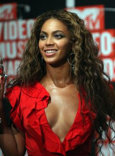 Beyonce Knowles Long Wavy Cut - Wild waves gave Beyonce a super sexy look at the MTV Video Music Awards.