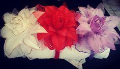 Tiara em crochet com flores, crochet, manualidades, artesanato, acesse: Facebook / Ateliê das Jorge