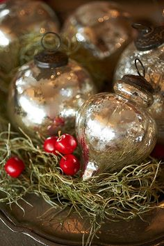 Mercury glass baubles and ornaments! Love these old Primitive Collectible Mercury Glass Ornaments! Noel Christmas, Vintage Christmas Ornaments, Primitive Christmas, Country Christmas, All Things Christmas, Glass Ornaments, Winter Christmas, Christmas Bulbs, Christmas Crafts
