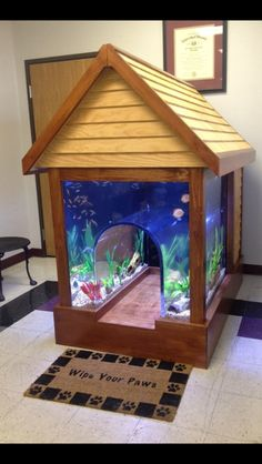 2 in 1 Fish tank/Dog house Not sure if you want to get a pet fish or dog? No Need to contemplate anymore, because someone has invented a 2 in 1 fish tank/dog house. Let your pets get to know one another by letting them live side by side in this ridiculou Aquarium Setup, Aquarium Design, Aquarium Ideas, Aquarium House, Aquarium Original, Conception Aquarium, Canis, Cool Fish Tanks, Amazing Fish Tanks