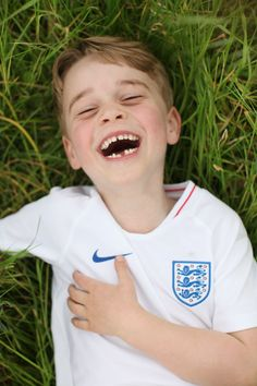 Prince William and Kate Middleton have released new photos of Prince George on his sixth birthday, including one from their family holiday, and one of George in an England shirt Prince George Birthday, Happy Birthday George, Happy Birthday Prince, Kate Middleton, Middleton Family, Prince William Et Kate, Prince George Alexander Louis, Prince Charles, Prince Georges