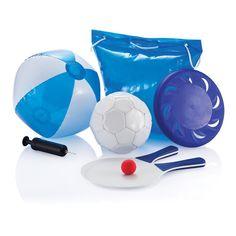 Bolsa/almohada hinchable incluye: pelota de fútbol tamaño 3, hinchador de plástico, frisbee, raquetas de playa y pelota, y pelota de playa de 40cm. www.tusregalosdeempresa.com