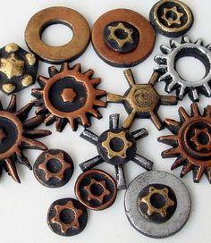 Steampunk Gears and Pendant Tutorial - Polymer Clay - This looks fantastic! Polymer Beads, Polymer Clay Jewelry, Polymer Clay Steampunk, Polymer Clay Projects, Clay Beads, Polymer Clay Sculptures, Polymer Clay Miniatures, Polymer Clay Creations, Sculpture Clay