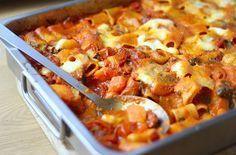 1 pas pasta-Een ovenpasta waarvoor je maar 1 ding hoeft te doen: alles in een grote schaal mikken en daarna schuif je 'm zo in de oven. Bekijk hier het recept.