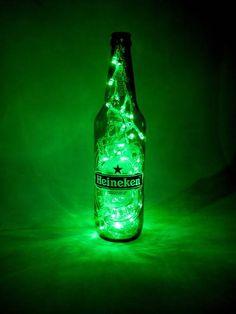 Luminária -HEINEKEN  Funciona ligado a uma tomada.(127 W)  100 lampadas estáticas de LED alto brilho - branca  Garrafa Verde original HEINEKEN  127W  VEJA MAIS LUMINÁRIAS NO ÁLBUM : LUMINÁRIAS !!!