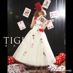 【TIGLILYBASIC】ホワイト×レッドの組み合わせがゲストの印象に残ること間違いなしのミモレ丈ドレス。二次会やパーティー等におすすめの個性的デザイン