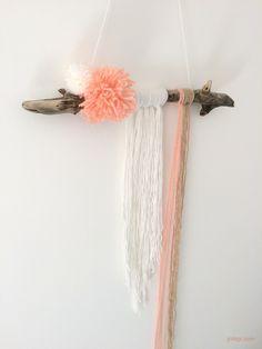 Déco murale bohème blanc écru rose pastel bois - DIY wall hanging bois flotté et laine