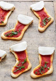 Mini pizza bottes de Noël - Des pizzas façon bottes du père Noël pour un apéritif original de Noël.