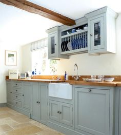 Shaker style kitchen. English kitchen. But use whit on top.