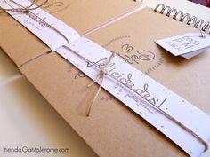 Libro de firmas para bodas. Libro de firmas personalizado con tapas duras forradas en papel kraft e interior personalizado. Encuéntralo en http://tienda.gatitojerome.com