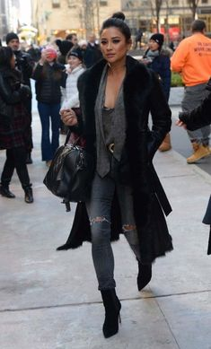 Anti-cold looks: we draw inspiration from street style people - Actress Shay Mitchell does not leave her . Le Style Shay Mitchell, Estilo Shay Mitchell, Fashion 2017, Look Fashion, Fashion Outfits, Womens Fashion, Fashion Tips, Fashion Trends, Mode Inspiration