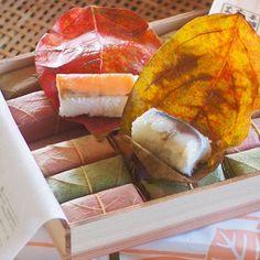 注文していた季節限定の 紅葉の柿の葉寿司が届きました✨ 今年はたなかさんです😊 🍁 こちらは葉の裏を見せる形で包んであるので、 蓋を開けた時は優しいトーン、 包みを開くと鮮やか✨なんですね💕 🍁 🍁 木箱に焼印もいい感じです🎶 🍁 さてさて今夜は長男、帰ってくるかな…✨ 柿の葉寿司と何にしよう🤔💦 🍁 🍁 🍁 #季節限定#柿の葉寿司#柿の葉寿司本舗たなか #紅葉柿の葉寿司#日本人で良かった#四季を楽しむ