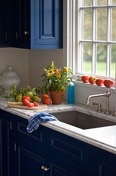 What a nice blue kitchen style, it is so inspiring and contemporary with carrara kitchen top and blue cabinets.