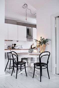 Green Bentwood Chairs, white kitchen, mixed chairs, wood table (Dining room wish list) Kitchen Chairs, Kitchen Decor, Kitchen Styling, Green Kitchen, Nice Kitchen, Eclectic Kitchen, Kitchen Modern, Kitchen Ideas, Bentwood Chairs