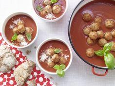 Die sättigende Tomatensuppe mit Hackbällchen lieben alle; gute Effekte: niedriger Kaloriengehalt und das zellschützende Lycopin.