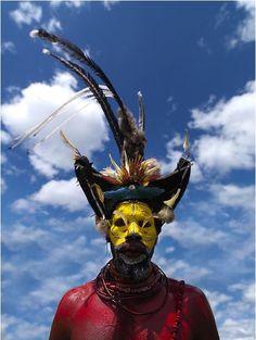 Papúa Nueva GuineaEl hombres-con-las pelucas son los miembros de la tribu Huli.  Es la más famosa famosa tribu de Papúa Nueva Guinea.  Se les llama así porque hacen pelucas de su cabello.  Viven cerca de la ciudad de Tari en el centro de Papúa Nueva Guinea en la cima de las montañas.  La mayoría de los Hulis son civilizados, pero una parte de ellos sigue viviendo una vida tradicional.  Para sus singsings (los nombres locales de los grandes acontecimientos) que los hombres vuelven a sus…