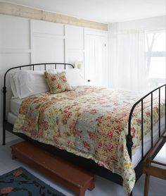 black wrought iron bed looks good with white. add pops of colour with linen Wrought Iron Beds, Steel Bed, Brass Bed, Home Management, Funky Furniture, Home Improvement Projects, Bed Frame, Cottage, Interior