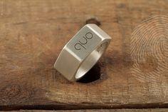 anel masculino Hex by QUO. Feito à mão em prata italiana 925. Formato hexagonal: peças e elementos de uso cotidiano masculino foram inspiração para esta coleção.