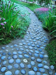 Une allée de jardin en galets, pas mal ! En plus, ils sont bleus, jouez l'originalité !