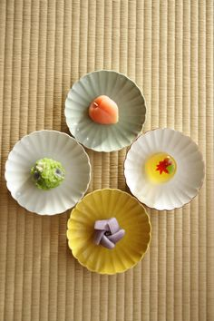 Yellow plate: can cut strips of mochi skin before making that.experiment with paper first Japanese sweets, Wagashi 和菓子 Japanese Food Art, Japanese Cake, Japanese Snacks, Japanese Sweets, Japanese Cookies, Japanese Wagashi, Cute Food Art, Sushi, Sweets Cake