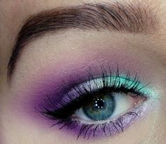 Augenschminke für blaue augen-innenwinkel mit hellblau highlighten