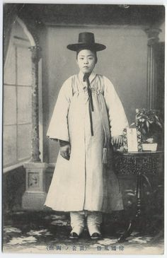 Korea ca. Old Pictures, Old Photos, Korean Traditional Dress, Traditional Clothes, Korean Photo, Jung In, Old Portraits, Japanese Characters, Vogue Korea