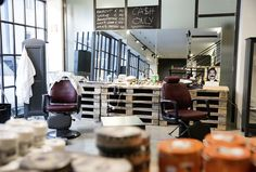 Den Barber Shop-Trend holte Sebastian Pfister zuerst ins Zillertal und als Pop-up-Konzept nun auch nach Salzburg. Barbershop Ideas, Shops, Trends, Salzburg, Barber Shop, Pop Up, Conference Room, Table, Furniture