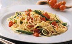 Gli Spaghetti agli asparagi selvatici costituiscono un piatto semplice e fresco adatto alle calde giornate estive. Inoltre l'asparago selvatico possiede proprietà diuretiche e antitumorali mentre l'aglio contenuto nella ricetta agisce da antibiotico naturale e abbassa la pressione sanguigna. Infine il pomodoro
