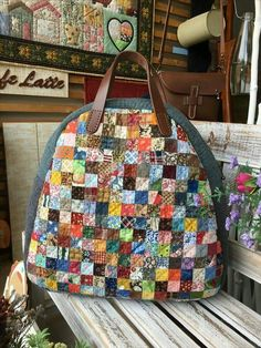 Bolsa de Patchwork: 45 Modelos e Passo a Passos Crazy Patchwork, Patchwork Bags, Quilted Bag, Bag Quilt, Japanese Bag, Fabric Tote Bags, Denim Bag, Purse Patterns, Sewing Accessories