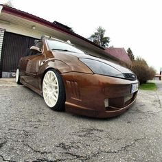 Brown Ford Focus mk1 with black xenon headlamps and white HUGE rims #st #focusSt