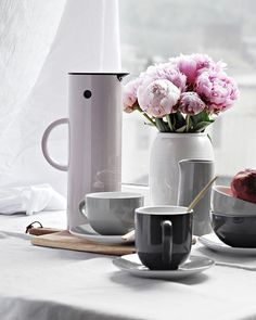 Steaming coffee and tea this rainy yet sunny morning. Served in Emma cups and mugs and the EM77 vacuum jug from @steltondesign .  I can't complain for the cold weather when it allows me to enjoy my favorite warm drinks ☕️ . #annonse #steltonmoment #stelton #myem77