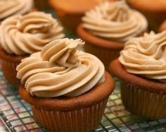 caramel cupcakes with brown butter caramel buttercream! Baking Cupcakes, Yummy Cupcakes, Cupcake Cookies, Cinnamon Cupcakes, Caramel Buttercream Frosting, Peanut Butter Frosting, Frosting Recipes, Cupcake Recipes, Dessert Recipes