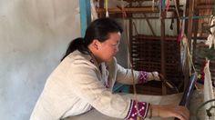 メーソートに暮らすモン族の村人によるヘンプ布の手織り作業の風景