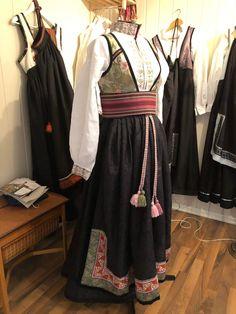 (2) Beltestakk i grønt og rosa   FINN.no Victorian, Dresses, Fashion, Vestidos, Moda, Fashion Styles, Dress, Fashion Illustrations, Gown