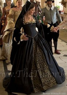 Phenomenal Black and Gold Tudor Gown - Historical Fashion Mode Renaissance, Renaissance Costume, Medieval Costume, Renaissance Clothing, Renaissance Fashion, Moda Medieval, Medieval Gown, Tudor Costumes, Period Costumes