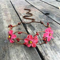 14 Fleurs rouges roses jettera tissés dans vos cheveux, cette couronne de fleurs à la main est parfaitement ajusté à votre tête. Chaque fleur dos feutre est tissé avec un fil réglable enveloppé.  Ce bandeau de fleur de Bohème est un bandeau de fleur magnifiquement à la main idéal pour cette événement extérieur occasionnel ou formelle, un festival, mariage ou photoshoot avec votre enfant de fleur !  ✧ 13 fleur couronne ✧ Supplémentaire 14 doux tissé string liens dans le dos ✧ Ajustable à…