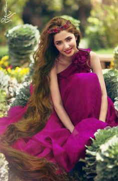 With flowing long hair and an angelic smile, Mahira Khan is the epitome of innocence and grace. Definitely a desirable version of Rapunzel. Pakistani Formal Dresses, Pakistani Girl, Beautiful Muslim Women, Beautiful Celebrities, Pakistani Actress Mahira Khan, Mahira Khan Dresses, Maira Khan, Pakistan Bride, Celebrity Fashion Looks