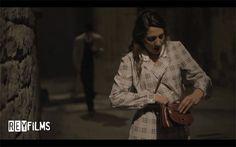 """Cortometraje """"La Piel de Victoria"""" escena en Carrer de la Pietat, Barcelona. Victoria (Judth Garcia Rosado) y Gastón (Hugo Alejo)"""