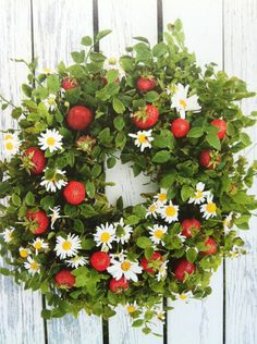 Summer wreath with daisies and strawberries