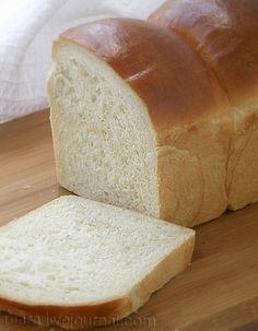 МОЛОЧНЫЙ ХЛЕБ (Hokkaido Milk Loaf) Мне всегда почему-то казалось, что японцы хлеба почти не едят. Рыбу, морепродукты, сою, рис – да. А хлеб японцев, думала я, это наверняка какие-нибудь рисовые или соевые лепешки. И вот пожалуйста. Прошу, можно сказать, любить и жаловать. Вполне…