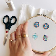 Pins in process Hand Embroidery Flowers, Embroidery On Clothes, Embroidery Works, Bead Embroidery Jewelry, Ribbon Embroidery, Embroidery Stitches, Beaded Jewelry, Fabric Beads, Fabric Jewelry