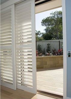 puerta celosía de madera  Shutters for covering sliding glass doors I like this so much better than vertical blinds!! Pin enviado desde myvintagestyle.biz
