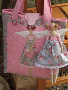 Carteiras Quilting Projects, Quilting Designs, Sewing Projects, Patchwork Bags, Quilted Bag, Fabric Bags, Fabric Dolls, Love Sewing, Soft Dolls