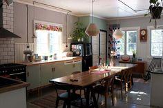 Riuttala Old School/Sitten jotain aivan muuta: keittiön uusi tapetti Vintage Kitchen, Old School, Table, Furniture, Home Decor, Homes, Decorations, Retro, Lighting