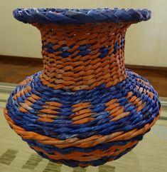 Belíssimo jarro tecido com canudinhos de jornal, impermeabilizado e envernizado. R$ 85,00