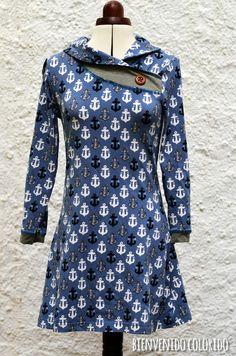 Das Kleid hab ich mich schon vor einiger Zeit genäht und irgendwie komplett vergessen, es zu zeigen: eine MARA aus Splish-Splash Jersey mit etwas Grau abgesetzt. Ich hab hier allerdings das Shirt in A
