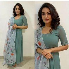Long Kurta Designs, Simple Kurta Designs, Salwar Neck Designs, Kurta Designs Women, Stylish Dress Designs, Designs For Dresses, Indian Fashion Dresses, Indian Designer Outfits, Girls Fashion Clothes