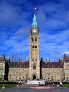 La Torre de la Paz es una campana central y la torre del reloj, sentada en el eje central del bloque del centro de los edificios del parlamento de Canadá en Ottawa, Ontario . La encarnación actual sustituyó a la de 55 metros (180 pies) de la Torre Victoria después de que éste se quemó en 1916, junto con la mayoría del bloque del centro. Es hoy en día sirve como un icono de Canadá, y aparece en el anverso de los billetes canadienses tanto de cincuenta dólares y veinte dólares. Torre de la Paz…