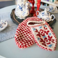 Norwegian motif women's slippers are fun to make, fun to wear, and fun to give away. Knitting Socks, Free Pattern, Crochet, Baby Shoes, How To Make, How To Wear, Slippers, Leg Warmers, Cozy